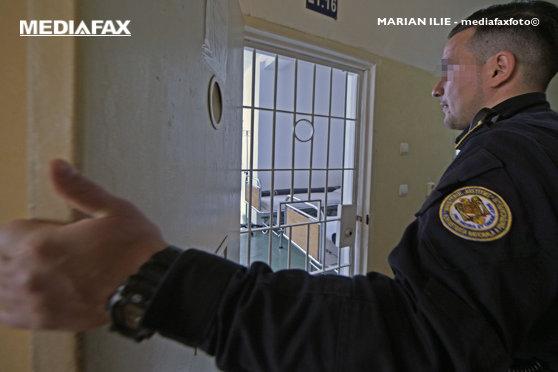Telefoane mobile, cartele SIM şi cuţite improvizate, găsite după percheziţii în 10 penitenciare / 1.926 de poliţişti au participat la acţiune