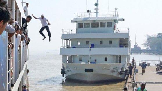 Momentul în care un căpitan de feribot sare în apă pentru a salva viaţa unei femei. Bărbatul a sărit de la peste 12 metri înălţime