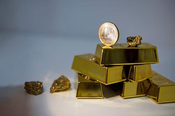 Aurul atinge maximul a şapte ani pe pieţele internaţionale. Investitorii caută securitate
