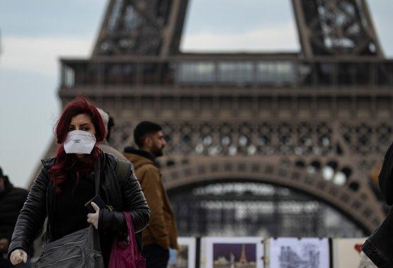 Coronavirus: Franţa interzice adunările de peste 5.000 de persoane în spaţii închise