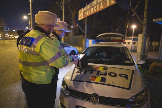 Şofer depistat cu o alcoolemie record. Bărbatul ar fi băut alcool chiar şi în faţa poliţiştilor