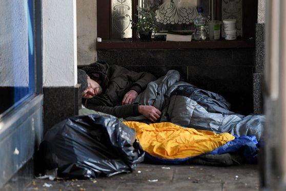 Ce se întâmplă cu oamenii străzii când toţi ceilalţi se izolează în case. Soluţia găsită de britanici