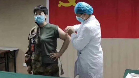 O doctoriţă din China şi-a injectat în braţ un vaccin pentru coronavirus. Nu a fost testat nici măcar pe animale