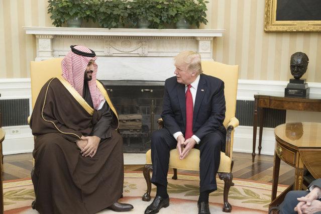 Trump a ameninţat Arabia Saudită cu retragerea trupelor dacă nu reduce producţia de petrol
