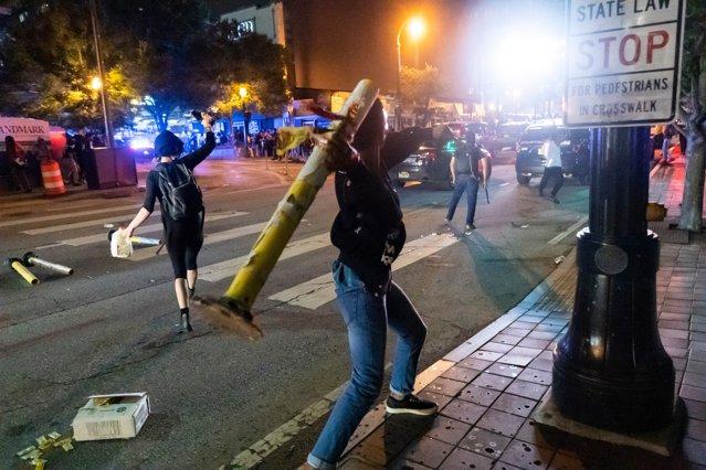 Confruntările violente dintre protestatari şi forţele de ordine continuă în SUA