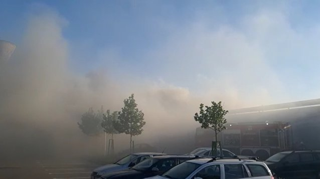 Locuitorii din Drobeta Turnu Severin sunt în pericol să se intoxice cu fum. Ard un depozit de cauciucuri şi o vulcanizare auto