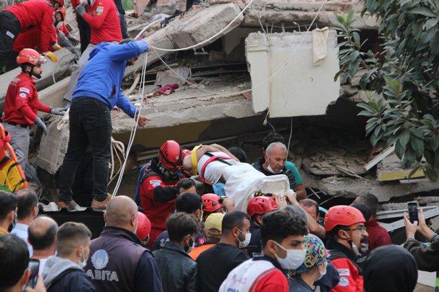 VIDEO Operaţiunile de salvare continuă în Turcia, după cutremur. Bărbat scos în viaţă de sub dărămături, după 26 de ore