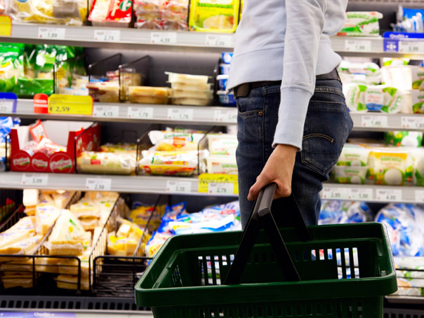 """""""Dincolo era mai ieftin!"""". Românii plătesc preţuri diferite pe coşul de cumpărături cu alimente de bază în funcţie de oraşul în care locuiesc"""
