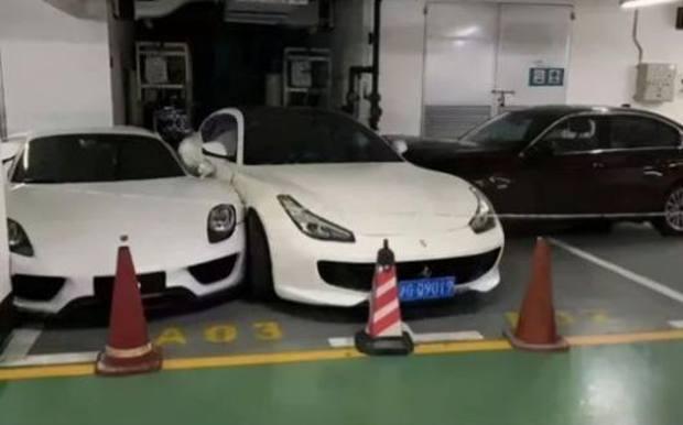 China: după o ceartă, o femeie intrat cu BMW-ul în Ferrari-ul soţului
