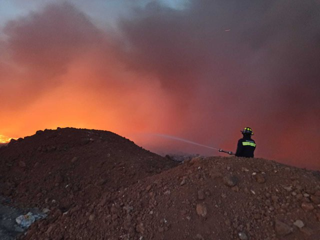 FOTO Incendiu puternic, la groapa de gunoi din Arad. Pericol de extindere a flăcărilor / Mesaj RO-ALERT